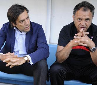 El presidente Macua, sentado en el banquillo junto al entrenador, Joaqu�n Caparr�s, en un partido amistoso del Athletic.