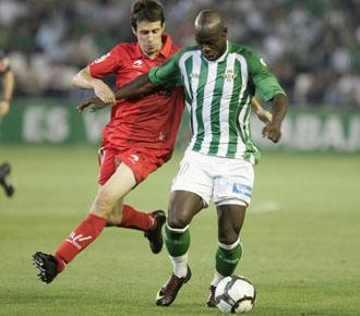 Eman�, disputando un partido con el Betis en la temporada pasada.