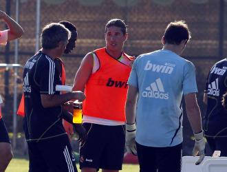 Mourinho, Sergio Ramos y Casillas, en un entrenamiento.