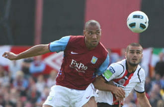 Yael Haro pelea un bal�n con Carew del Aston Villa