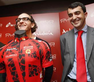 El director de la Vuelta, Javier Guill�n, durante la presentaci�n del nuevo maillot de l�der de la Ronda espa�ola.