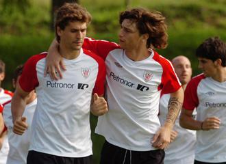 Amorebieta junto a Llorente entrenando con el Athletic.