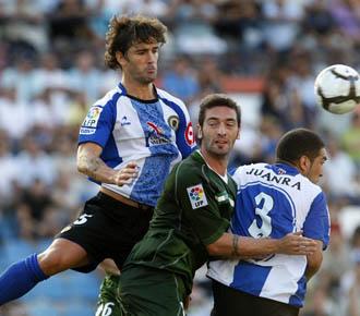 Abraham Paz disputa un bal�n con Arzu, del Betis, en unpartido de la pasada temporada.