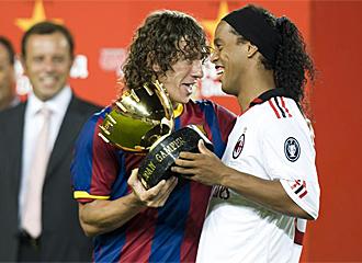 Puyol regaló a Ronaldinho el trofeo Joan Gamper.