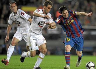 Piscu disputa un bal�n con Lionel Messi