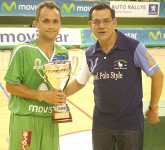 Marquinho recoge el trofeo que acredita al Inter Movistar como campe�n del III Trofeo Cervantes.