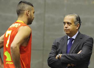 Jos� Luis S�ez dialoga con Juan Carlos Navarro durante la presentaci�n de la selecci�n espa�ola para el Mundial de Turqu�a.