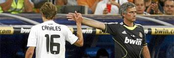 Canales y Mourinho chocan la mano