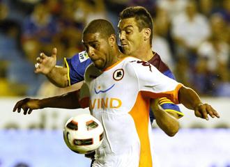 Adriano controla un bal�n durante un amistoso con el Levante.