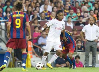 Ronaldinho controla el bal�n en presencia de Ibra.