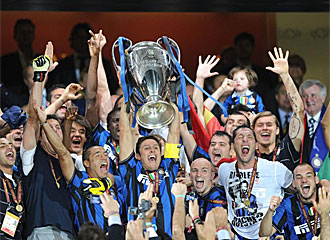 Los jugadores del Inter levanta la Liga de Campeones.