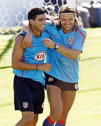 Reyes y Ujfalusi bromean durante un entrenamiento.