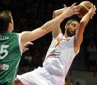Navarro tiene la posesi�n de la bola ante un rival esloveno en un partido de preparaci�n para el Mundobasket de Turqu�a.