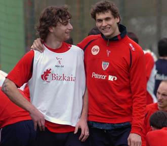 Amorebieta bromea con Fernando Llorente en un entrenamiento del Athletic.