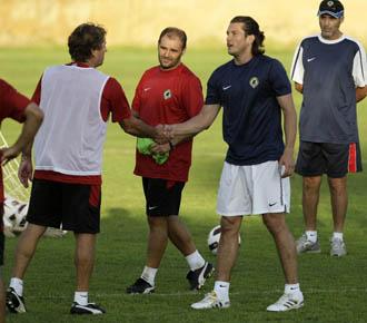 Nelson Valdez saluda a su nuevo entrenador, Esteban Vigo, en el primer entrenamiento del paraguayo como jugador del H�rcules.