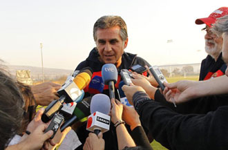 Queiroz hablando con la prensa