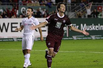 Srdjan Lakic del Kaiserslautern celebra su gol