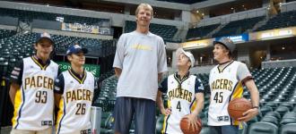 Dani Pedrosa, Marc M�rquez, Andrea Dovizioso y Scott Redding posan junto al ex jugador de la NBA, Rik Smits.
