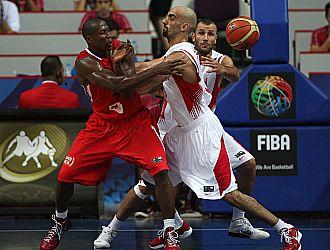 El angole�o Mingas pelea por la posesi�n de la pelota con un jugador jordano