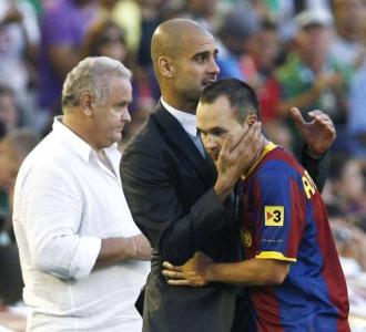 Guardiola abraza a Iniesta tras marcar