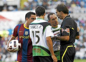 Xavi, durante un momento del encuentro que enfrentó a Racing y Barcelona.