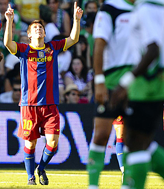 Leo Messi celebra su tanto en Santander.