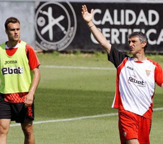 Juan Cala atiende detenidamente las instrucciones de su entrenador �lvarez.