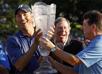 Kucha, a la izquierda, con el trofeo