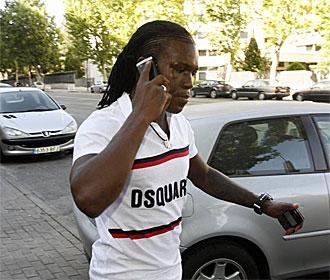 Drenthe saliendo de las oficinas del Santiago Bernabéu.