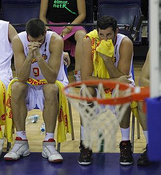 Felipe Reyes y �lex Mumbr� se lamentan en el banquillo durante el partido con Lituania.