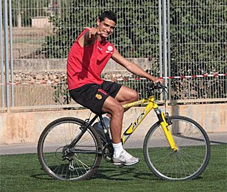 El Chori Castro, montando en bicicleta en un entrenamiento del Mallorca.