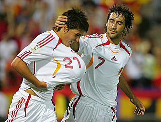 Ra�l felicita a David Villa tras anotar un gol con la selecci�n