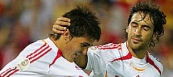 Ra�l felicita a Villa durante un partido de La Roja