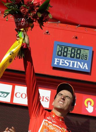 Igor Antón celebra su liderato en el podio.