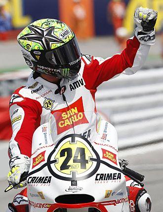 Elías celebra su victoria en el circuito de Misano.