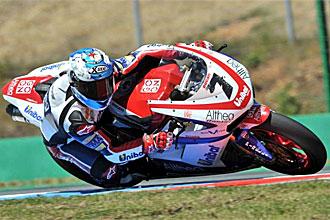 Carlos Checa, en acci�n durante una carrera.