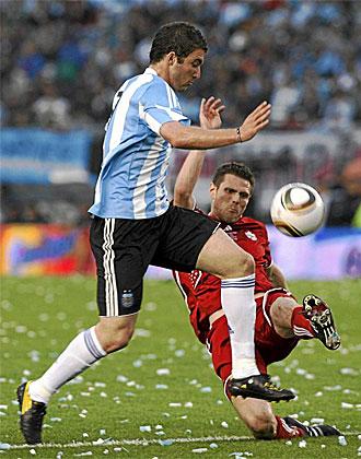 Higuaín pugna con un defensa canadiense durante el último partido disputado por Argentina en el Monumental de River, el pasado 24 de mayo.