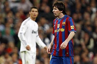 Cristiano Ronaldo y Messi, en el Madrid-Bar�a de la temporada pasada