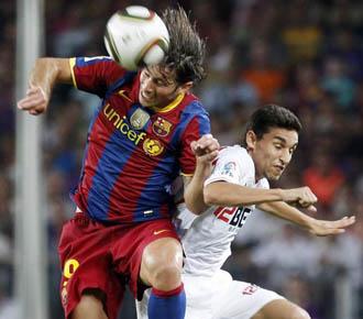 Maxwell se anticipa a Jes�s Navas durante un partido de la Supercopa de Espa�a entre el Bar�a y el Sevilla.