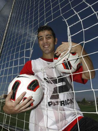 Borja García posa con dos balones, uno por cada uno de sus goles en Córdoba, en el reportaje del diario Marca