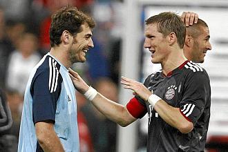 Schweinsteiger habla con Casillas
