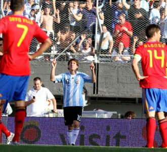 Leo Messi celebra el primer gol ante Espa�a