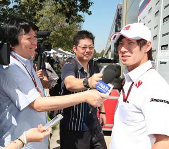 Kobayashi es entrevistado por periodistas de su pa�s en el Gran Premio de Australia, en Melbourne.