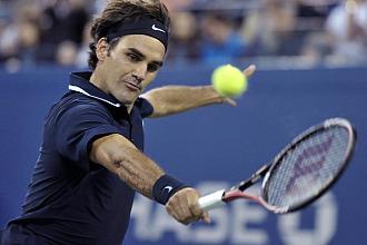 Federer golpea la bola