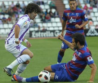 Javi Navas se va de un defensa del Huesca