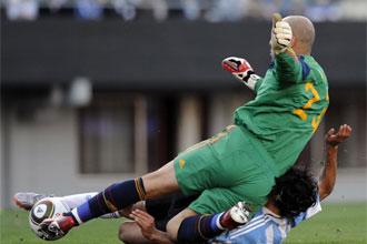 Pepe Reina se lamenta durante el partido ante Argentina