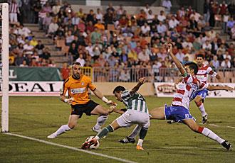 El capit�n Lucena se lanza a cortar un bal�n en presencia de su portero Jos� Juan durante el partido de Copa ante el Betis