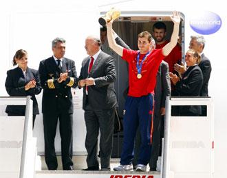 Iker Casillas, a su llegada al Aeropuerto de Barajas, tras conseguir el pasado Mundial.