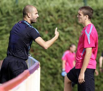 Oriol Romeu escucha atentamente las palabras del t�cnico del primer equipo blaugrana, Pep Guardiola.