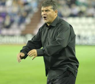 On�simo se desga�ita en el banquillo en el partido de tercera ronda de la Copa del Rey, disputado entre el Valladolid y el Huesca.